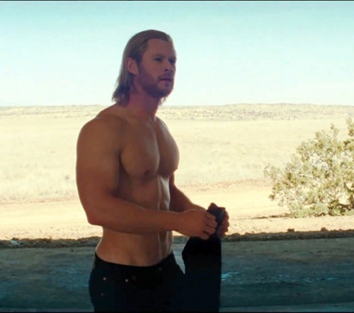 chris hemsworth thor sin camiseta shirtless
